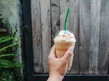 Man med kallt kaffe i händer arkivfoton