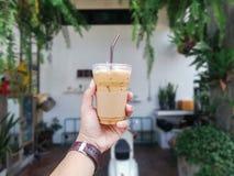 Man med kallt kaffe i händer royaltyfri fotografi