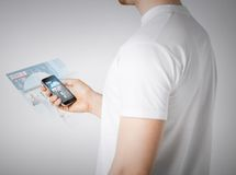 Man med läs- nyheterna för smartphone Arkivbild