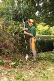 Man med lång behandlad hedgecutter arkivbild