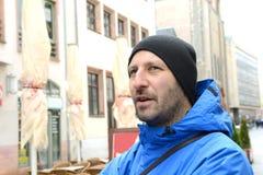 Man med locket som är främst av stadsbakgrund Fotografering för Bildbyråer