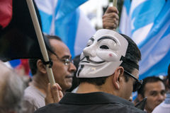 Man med maskeringen i protester mot den Ecuador regeringen Arkivfoto
