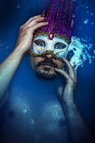Man med maskeringen, melankoliskt och självmord, sorgsenhet och fördjupning Co Royaltyfri Bild