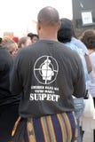 Man med meddelandet på T-tröja på den Ferguson protesten Arkivfoton