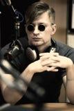 Man med mikrofonen i studio Arkivbild