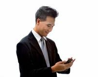 Man med mobiltelefonen Arkivfoton