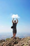 Man med molnet i hans händer Fotografering för Bildbyråer