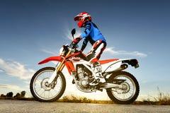 Man med motocrossen Byke royaltyfri bild