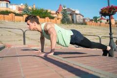 Man med muskulösa händer, biceps, triceps, starka muskler Arkivfoton