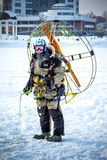 Man med paraglideren Arkivbild