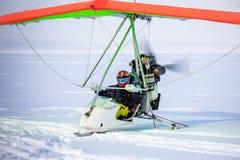 Man med paraglideren Arkivbilder