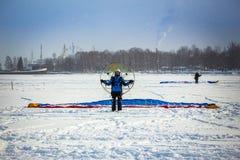 Man med paraglideren Royaltyfri Bild