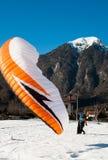 Man med paraglideren som landas precis arkivfoto