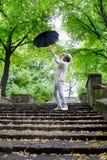 Man med paraplyet Arkivfoto