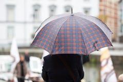 Man med paraplyet Arkivbild