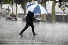 Man med paraplyet royaltyfri fotografi