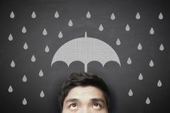 Man med paraplyet och regndroppar arkivbild