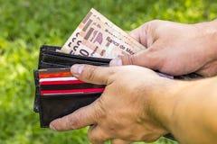 Man med pengar Arkivbild