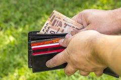 Man med pengar Arkivbilder