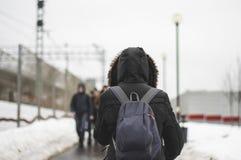 Man med promenera för ryggsäck royaltyfria foton