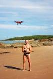 Man med quadcopter Arkivfoto