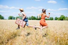 Man med retro resväska- och kvinnaspring in Royaltyfri Bild