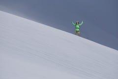 Man med ryggsäckanseende på snöig berglutning Alpinist- eller bergfotvandrare Royaltyfria Bilder