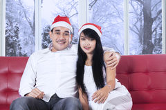 Man med santa hattomfamning hans flickvän Royaltyfria Foton