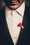 Man med skägget i dräkt med hjärta Arkivbild