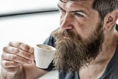 Man med skägget och mustasch och kopp kaffe Skäggig grabb som kopplar av på kaféterrassen Grabb som kopplar av med espressokaffe royaltyfri foto