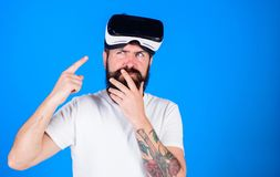 Man med skägget och mustaschen med VR-exponeringsglas, blå bakgrund Grabb med VR-exponeringsglas eller head monterad skärm Hipste Fotografering för Bildbyråer