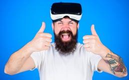 Man med skägget och mustaschen med VR-exponeringsglas, blå bakgrund Grabb med VR-exponeringsglas eller head monterad skärm Hipste Arkivbild