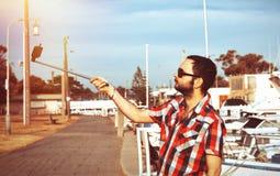 Man med skägget som tar selfie Fotografering för Bildbyråer