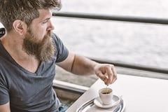 Man med sk?gget och mustasch och kopp kaffe Sk?ggig grabb som kopplar av p? kaf?terrassen ta f?r man f?r avbrottskaffebegrepp kop royaltyfria foton