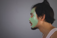 Man med skincare för framsidamaskering Royaltyfria Foton