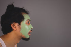 Man med skincare för framsidamaskering Arkivbild
