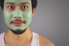 Man med skincare för framsidamaskering Arkivbilder