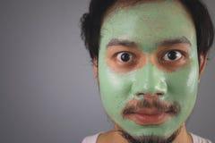 Man med skincare för framsidamaskering Royaltyfria Bilder