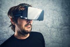 Man med skyddsglasögon för 3d som VR tycker om virtuell verklighet Arkivfoton