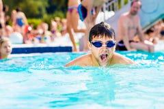 Man med skyddsglasögon som swimmning i pölen Sommarvärme, vatten Royaltyfri Fotografi