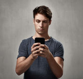 Man med smartphone arkivfoto