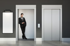 Man med smartphonen i elevator Royaltyfri Fotografi