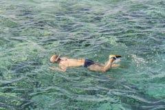 man med snorkelmaskeringstuban och snorkel i havet Snorkla simning, semester Turister kopplas in, i att snorkla i det öppna havet fotografering för bildbyråer