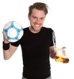 Man med soccerball- och ölexponeringsglas Fotografering för Bildbyråer