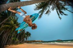 Man med surfingbrädan Royaltyfria Bilder