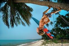 Man med surfingbrädan Fotografering för Bildbyråer