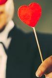 Man med symbol för hjärtapinneförälskelse i hand Arkivfoton