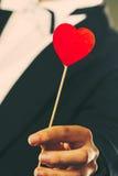 Man med symbol för hjärtapinneförälskelse i hand Royaltyfri Fotografi