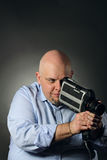 Man med tappningvideocameraen Royaltyfri Fotografi