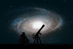 Man med teleskopet som ser stjärnorna Bidad galax för ` s, M81 royaltyfria foton